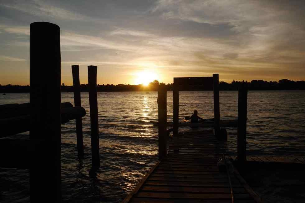 Coucher de soleil sur le fleuve Parana, à Rosario, en Argentine