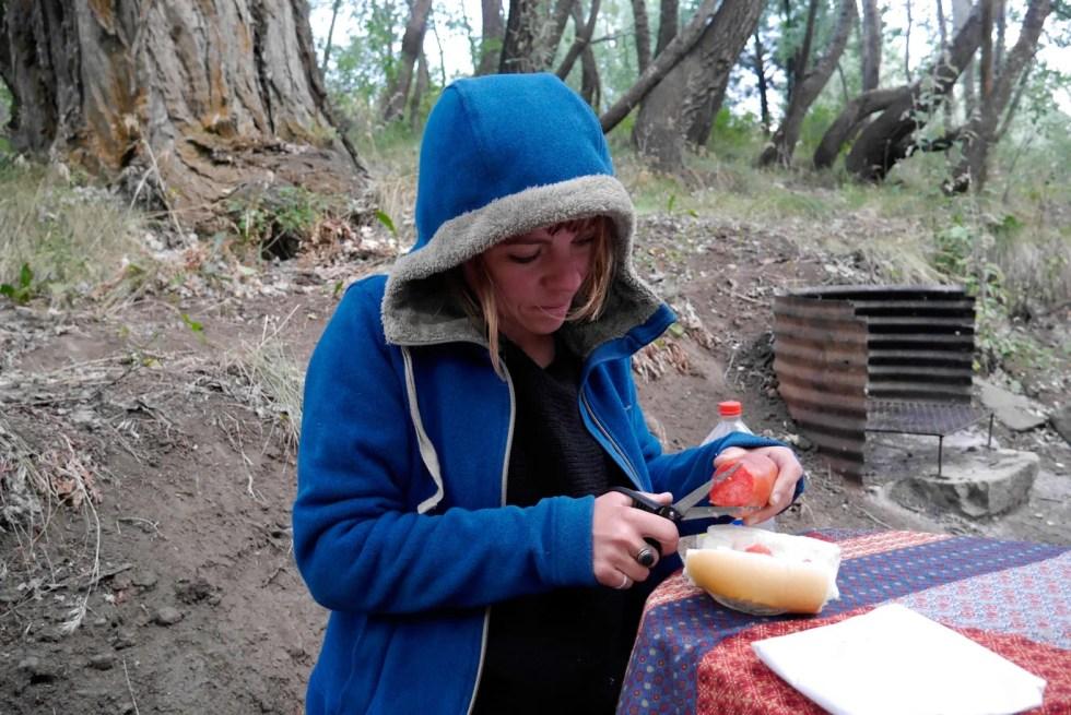 Couper des tomates avec des ciseaux. Camping à Aluminé, en Argentine