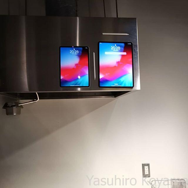 キッチンの換気扇に張り付くiPad。レシピを表示するとか?