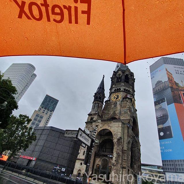雨に濡れるベルリン…とか言ってる場合じゃない。チェックアウトして荷物重いし、半袖が微妙に寒い。