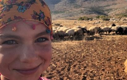 Ellerinde kitaplarla, koyunların peşinde koşan güzel çocuklar…