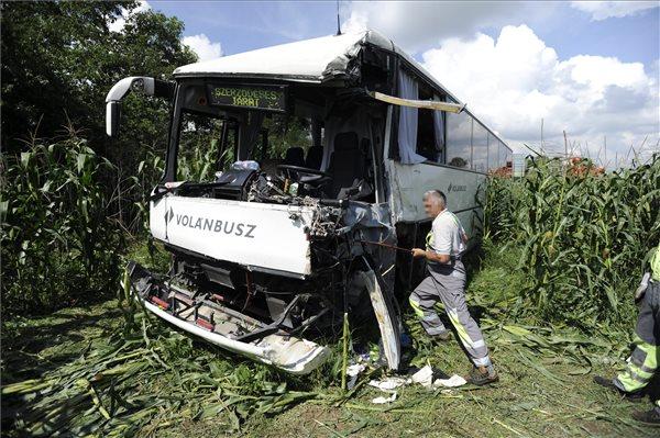 Baleset helyszíne a 6-os főúton Százhalombatta közelében, ahol összeütközött egy autóbusz és egy teherautó 2014. július 31-én. A utasok nélküli busz a karambol következtében az árokba sodródott, a balesetben egy ember súlyosan megsérült. MTI Fotó: Mihádák Zoltán