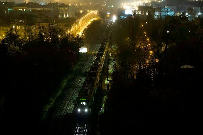 Vonatok várakoznak XI. kerületi Alsóhegy utcánál lévõ vasúti alagútról földcsuszamlástól leomlott és a sínekre hullott kõdarabok miatt 2015. január 25-én. A kõdarabok a Déli pályaudvari alagút Kelenföld felé vezetõ oldalán, a bejáratnál hullottak a sínekre. Csak az egyik vágányon közlekedhetnek a vonatok, emiatt akár egyórás késésekre is számítani kell. MTI Fotó: Lakatos Péter