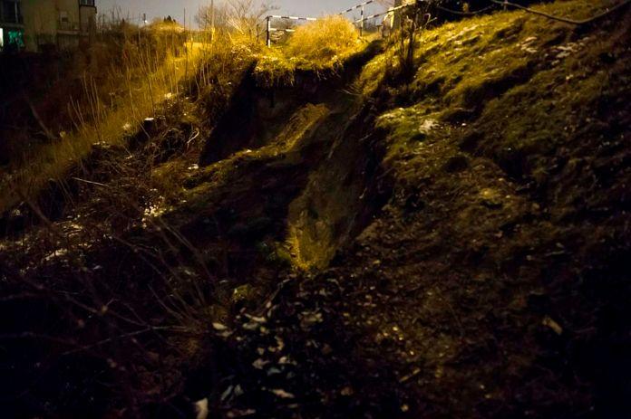 Földcsuszamlás a XI. kerületi Alsóhegy utcánál lévõ vasúti alagútnál 2015. január 25-én. A földcsuszamlás emiatt az alagútról leomlott kõdarabok a sínekre hullottak, ezért csak az egyik vágányon közlekedhetnek a vonatok. Emiatt akár egyórás késésekre is számítani kell. MTI Fotó: Lakatos Péter