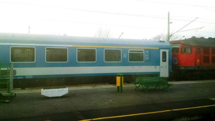 InterCity vonat első osztályú (sárga csíkos) szakasza Szombathely állomáson. A szakasz 3*(4+2) ülést tartalmaz. Fotó: Olvasónk