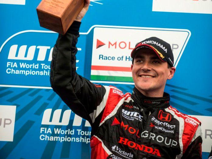 Mogyoród, 2015. május 3. A gyõztes Michelisz Norbert, a Zengõ Motorsport pilótája a túraautó-világbajnokság (WTCC) magyarországi második futama után a mogyoródi Hungaroringen 2015. május 3-án. MTI Fotó: Marjai János