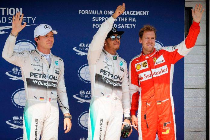 Mogyoród, 2015. július 25. Az idõmérõ edzésen elsõ helyen végzett, világbajnoki címvédõ Lewis Hamilton, a Mercedes csapat brit versenyzõje (k), a második Nico Rosberg (b), a Mercedes csapat és Sebastian Vettel, a Ferrari csapat német versenyzõi a Forma-1-es autós gyorsasági világbajnokság 30. Magyar Nagydíjának idõmérõ edzése után a mogyoródi Hungaroringen 2015. július 25-én. MTI Fotó: Czeglédi Zsolt