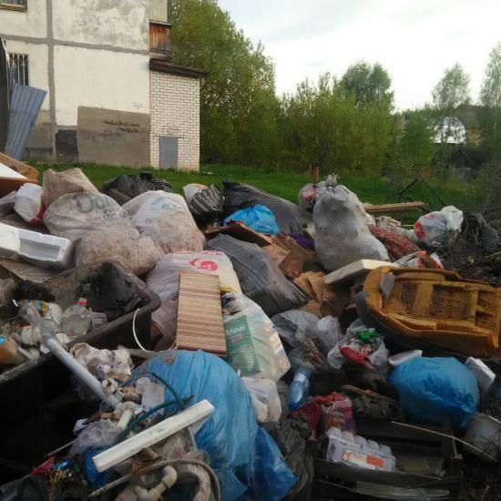 С улиц Заволжья впервые за месяц вывозят горы бытового мусора