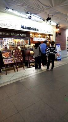 横浜駅南口改札内にあるワッフル屋さんのManneken