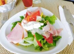 Salade à la mousse de chèvre et au jambon.