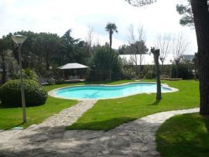 jardín con piscina para celebrar tu boda
