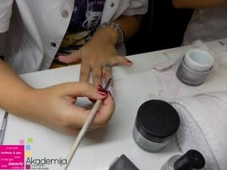 IZLIVANJE NOKTIJU NA SEBI – sa nastave na kursu nadogradnja noktiju sa nail art-om