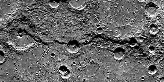Merkür'ün Victoria uçurumları... Fotoğraf, yörüngedeki Messenger uzay aracı tarafından çekildi.