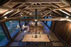 summerhouse-in-Chile-ceiling-beams-and-subtle-lighting