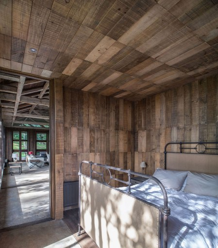 summerhouse-in-Chile-main-bedroom-design