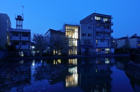 Small-house-in-Kyoto-with-North-facade-facing-the-river
