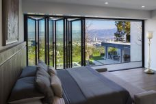 Southern-California-Bedroom-with-According-Windows