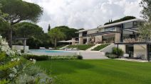St-Tropez-Residence-opens-fully-onto-a-beautiful-garden