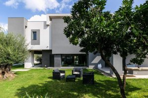 The-Dante-House-has-an-outdoor-lounge-area-in-the-garden