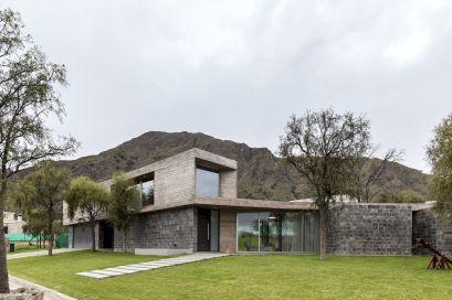San-Luis-family-home-close-to-a-mountain