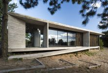 Concrete-house-with-flat-roof-Ecuestre-House