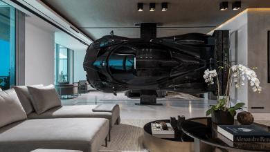 Photo of Egy autóversenyző otthona: teljes méretű, 1,5 millió dolláros autó, mint szoba elválasztó