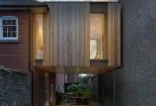 Photo of Lebegő kocka: a beépített faburkolatú konzol a garázsbejáró felett lebeg