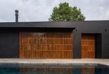 Photo of Matt fekete homlokzat és halvány belső terek jellemzik az egyedülálló formatervezésű mexikói családi házat
