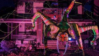 Photo of Egy óriási pók mászik a New York-i tervező házának tetején- itt a Halloween -VIDEÓ