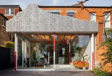 """Photo of Egy mókás hangulatú modern családi ház, mely tetejére egy """"mű hegyet"""" építettek"""