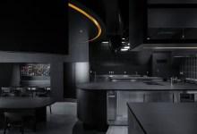 Photo of Teljesen fekete, drámai belső térrel és színpad-szerű konyhával látták el a tokiói éttermet