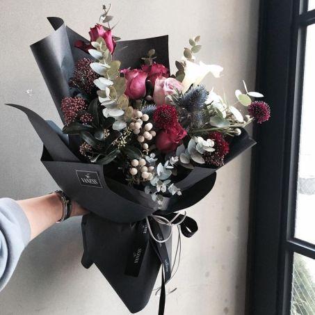 Какой цвет цветов дарят девушке - черный букет
