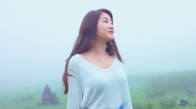 Soyou Tenangkan Jiwa Dengan Vokal Lembutnya di MV 'The Blue Night of Jeju Island'
