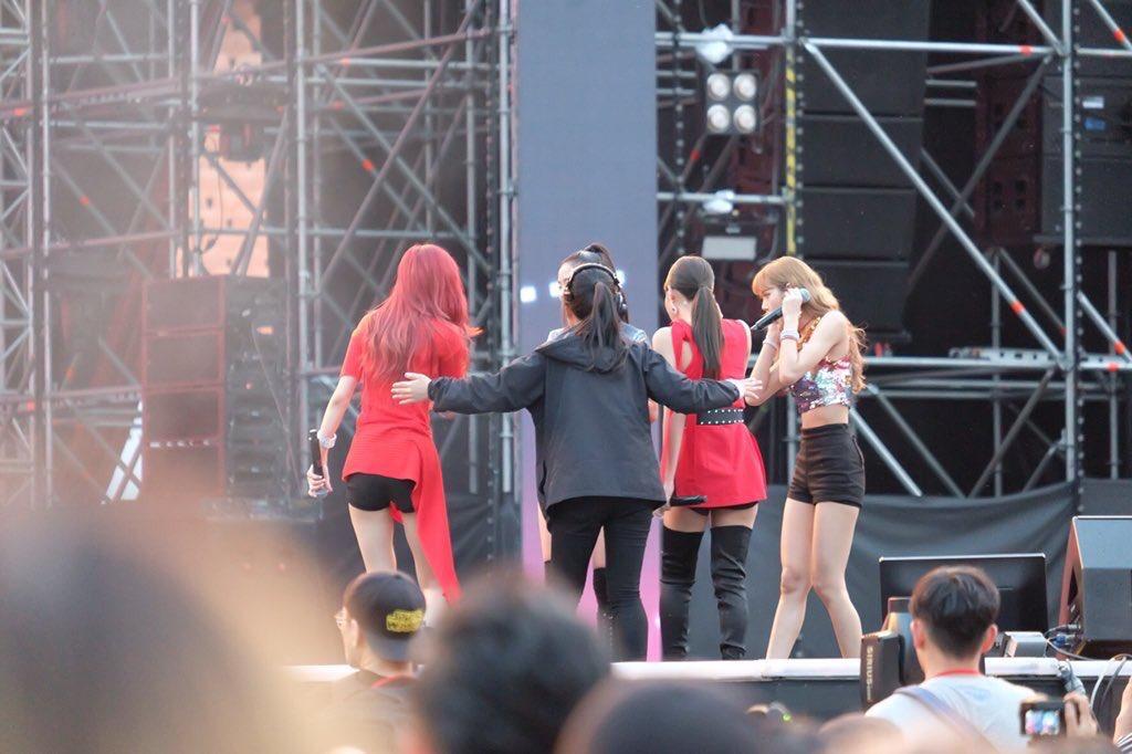 إيقاف عضوات BlackPink من قِبل طاقم حدث Lotte Duty Free أثناء أدائهن لأغنية 'Forever Young' على المسرح + المعجبون غاضبون!