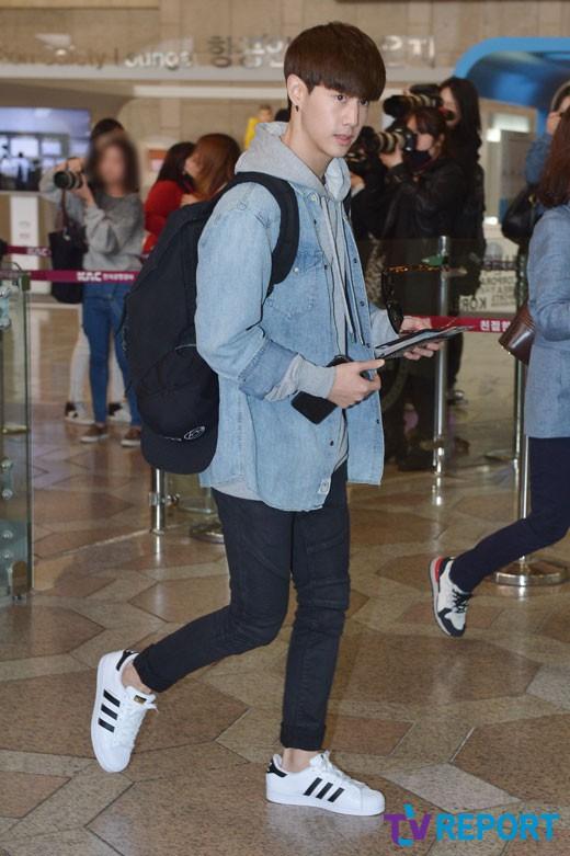 korea korean kpop idol boy band group got7 GOT7 Mark's airport fashion casual denim hoodie fashion outfits for guys kpopstuff