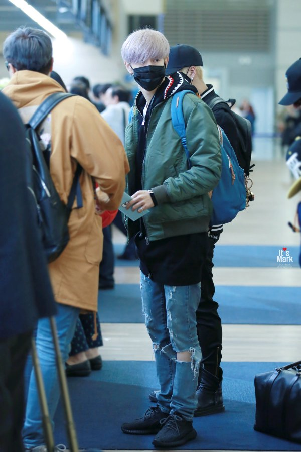 korea korean kpop idol boy band group got7 GOT7 Mark's airport fashion casual black hoodie look outfits for guys kpopstuff