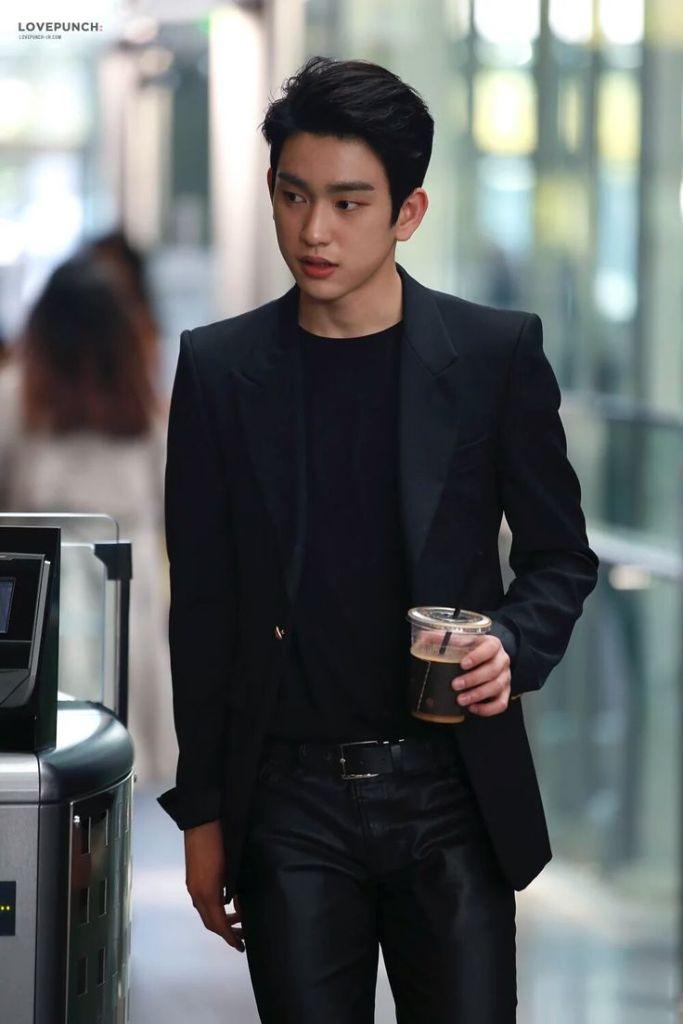 korea korean kpop idol boy band group got7 junior jinyoung's airport fashion classy dressy blazer black outfit style for guys kpopstuff