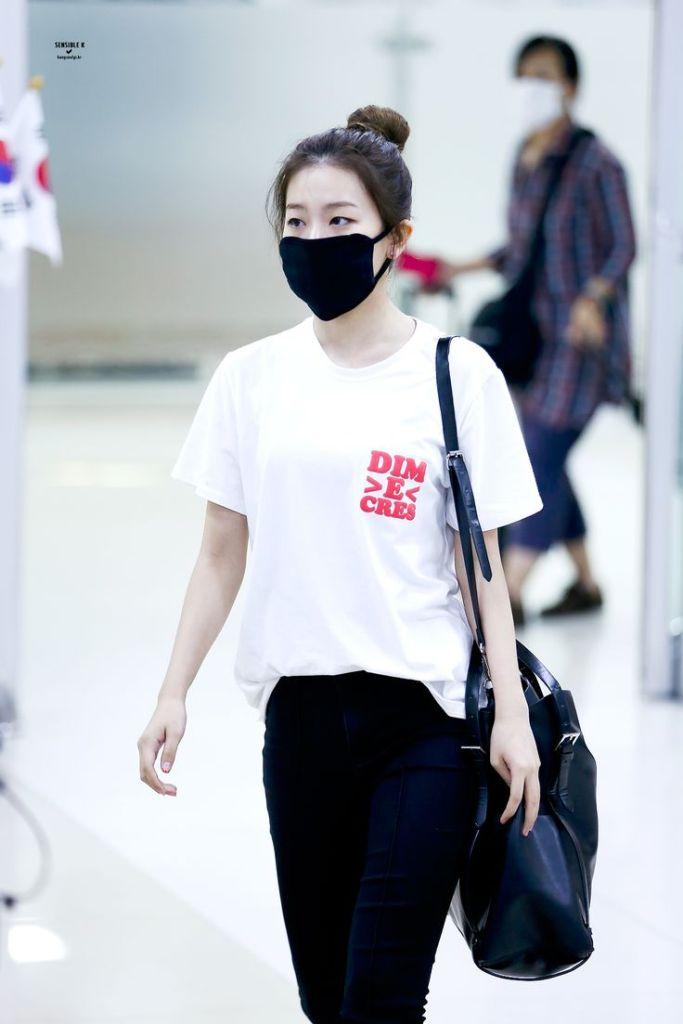korea korean kpop idol girl band group red velvet seulgi's airport fashion simple casual jeans short sleeve shirt outfit style for girls kpopstuff