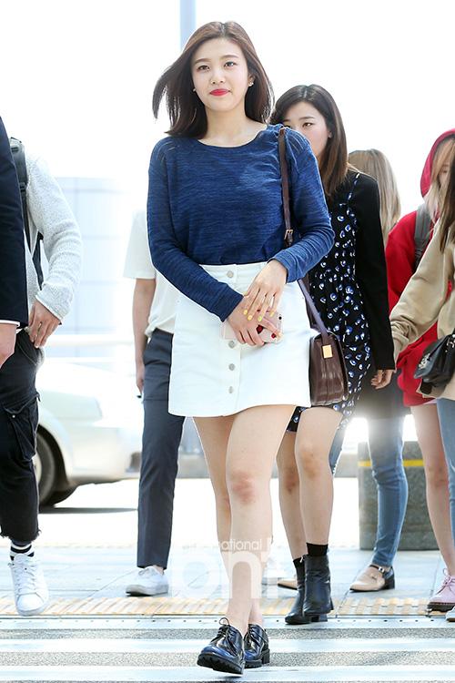korea korean kpop idol girl band group red velvet's skirt fashion looks joy white denim skirt airport outfit style for girls kpopstuff
