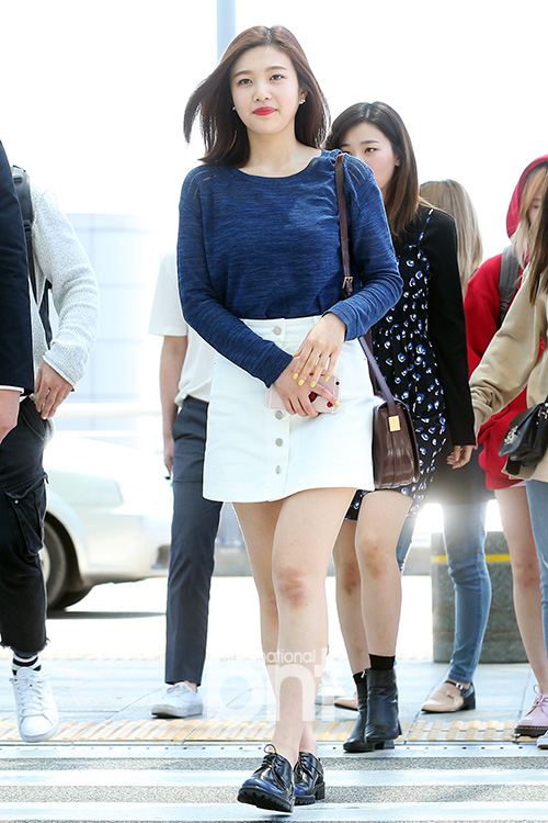 korea korean kpop idol girl band group red velvet's skirt fashion looks joy white denim skirt airport outfit style for girls kpopstuff