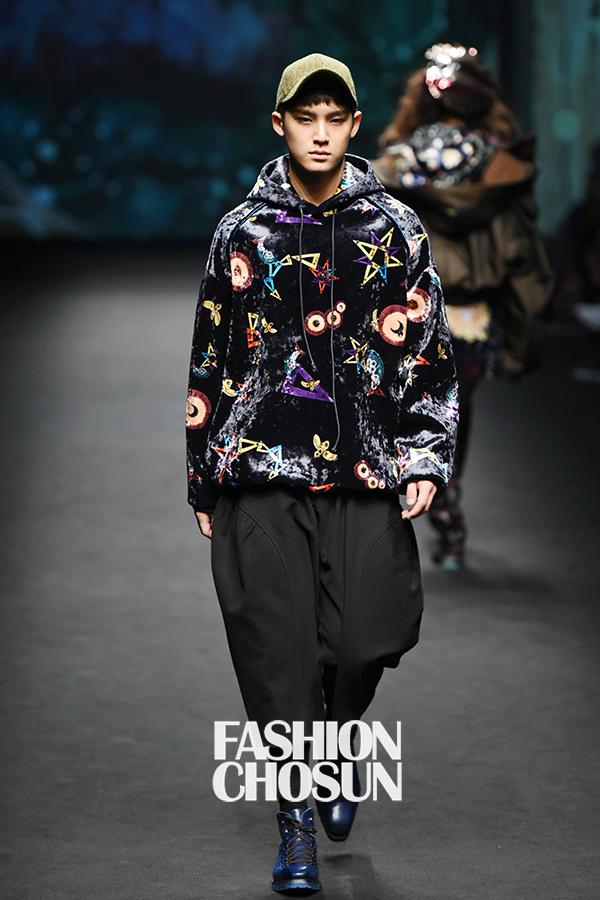 korea korean kpop idol boy band group seventeen mingyu's seoul fashion week looks catwalk colorful velvet hoodie baggy pants blue shoes looks style for guys kpopstuff
