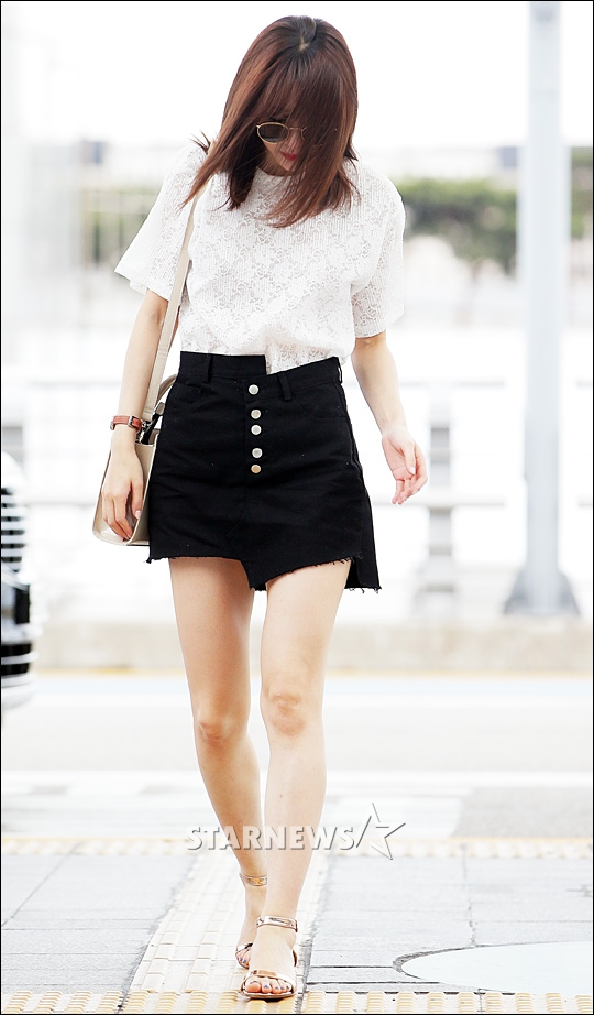 korea korean kpop idol girl group band exid hani's half tuck fashion airport style white shirt black shorts clothes kpopstuff