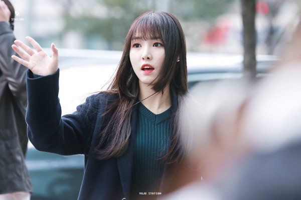 gfriend yuju hime cut with natural long hairstyles with two block