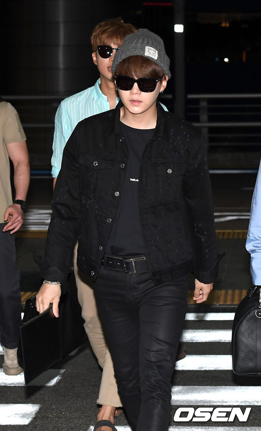 korea korean kpop idol boy band group bts bangtan yoongi bts suga's black airport fashion fall winter casual flight outfit styles guys men kpopstuff