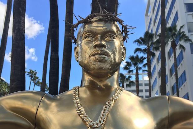 할리우드 대로 한복판에 세워진 칸예 웨스트 '예수' 동상