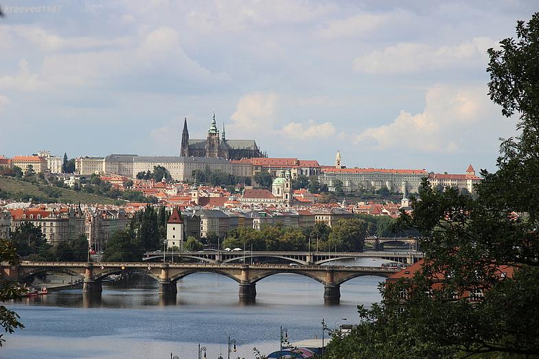Вид на Влтаву и пражский Град из Вышеграда.