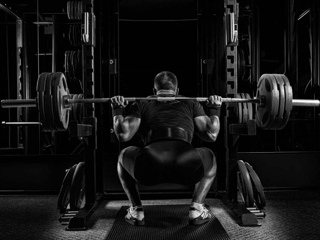 Mit einem Power Rack kannst Du aufgrund der Sicherheitsstützen auch mit hohen Langhantel-Gewichten gefahrlos trainieren.