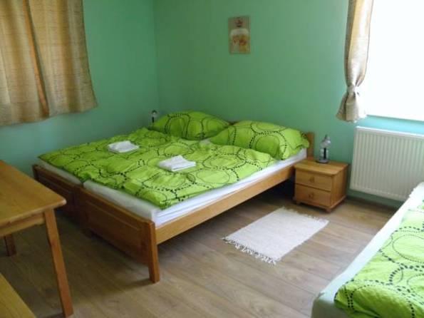 Izba (Kúsok rozloženej prístelky vidieť vpravo)