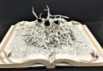 28 неверојатни скулптури направени од книги