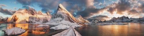 Lofoty Góry. Droga w góry /Norwegia